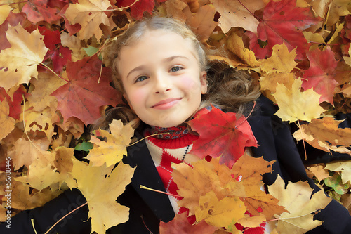 Wall Mural - Autumn fun - lovely girl playing in autumn park